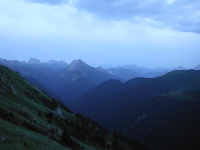 Alpi Giulie e Carniche, si vede il fumo del mega incendio dello Jovet